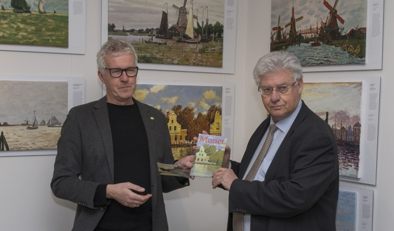 Waarnemend burgemeester van Zaanstad Ruud Vreeman ontvant het eerste exemplaar van Gert Schouten, voorzitter van de Stichting Monet in Zaandam